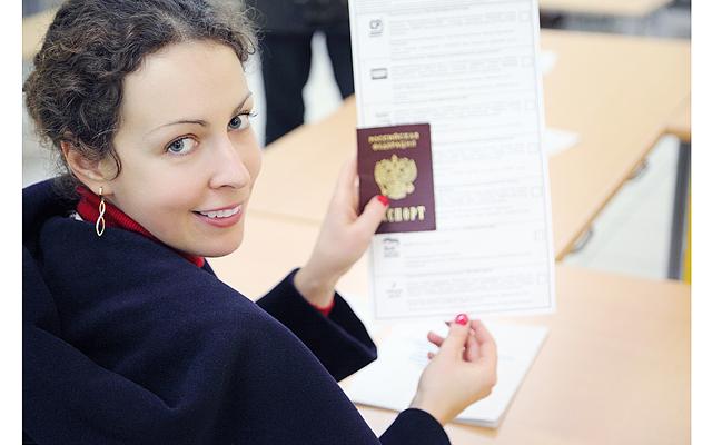 Женщина с заграничным паспортом в руке