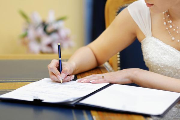 Невеста ставит подпись на документе