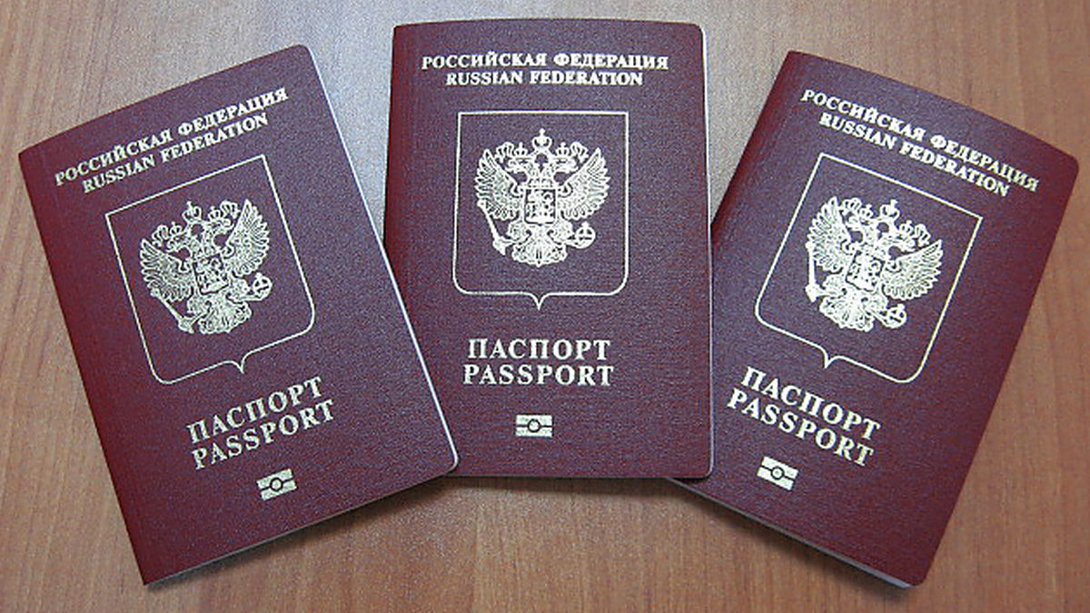 Фото паспорта на столе
