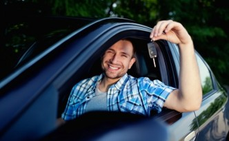 мужчина в машине с ключами