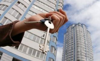 Ключи от квартиры в руках новой владелицы