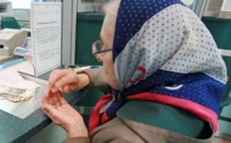 Пенсионерка стоит в кассе