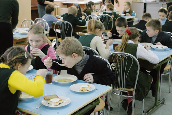 Школьники едят в столовой