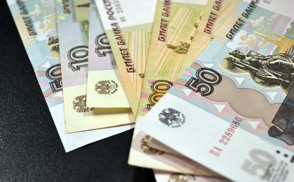 Фото русских рублей на столе
