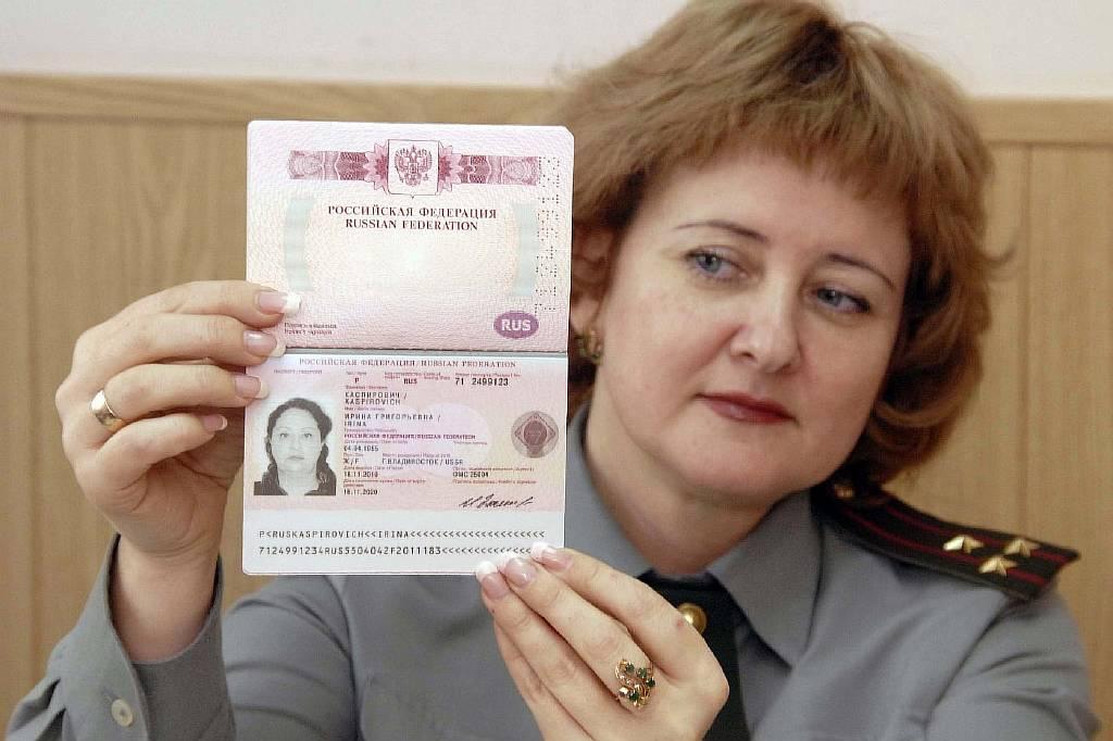 Женщина с загранпаспортом в руке