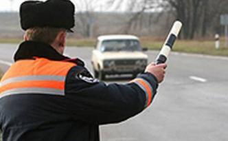 Дорожный инспектор останавливает машину