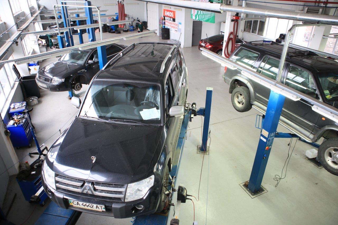 Автомобили на СТО фото