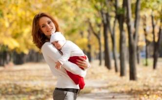 Женщина с ребенком на улице