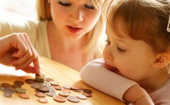 Женщина и ребенок считают копейки