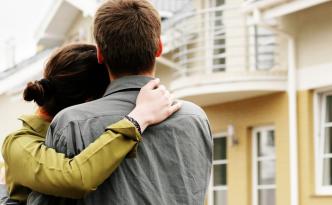 Супружеская пара смотрит на дом