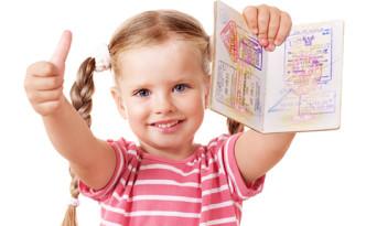 Девочка с заграничным паспортом в руке