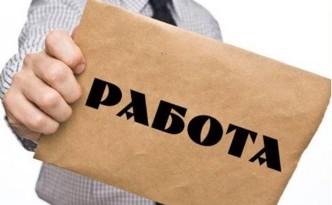 Мужчина держит в руке конверт