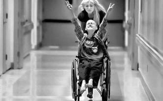 Ребенок-инвалид в коляске