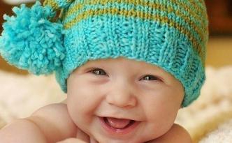 Ребенок в шапке улыбается