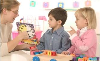 Педагог-психолог тестирует детей