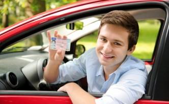 Водительское удостоверение в руке