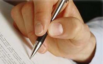 Мужчина ставит подпись на документе