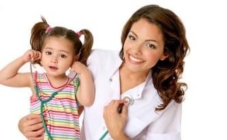 Девушка-врач рядом с ребенком