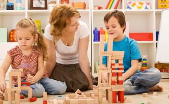 Женщина играет с детьми