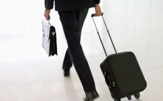 Мужчина с черным чемоданом